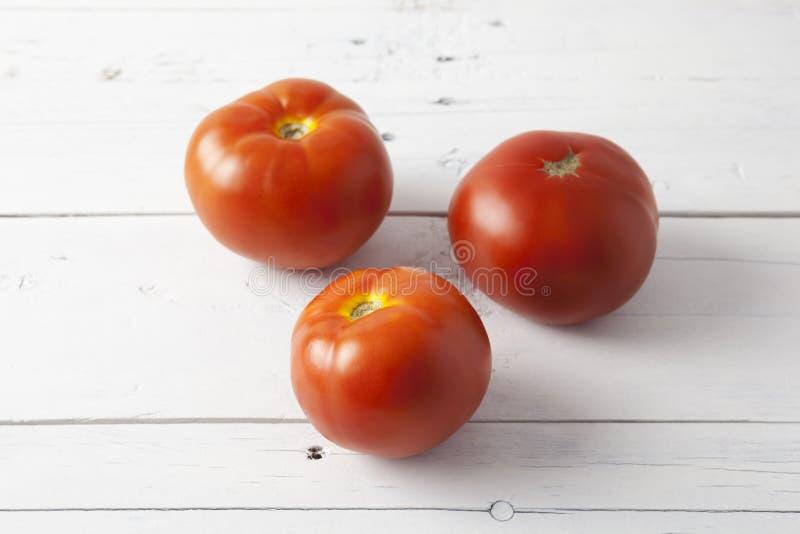 Tomaten auf einer weißen Tabelle stockfoto
