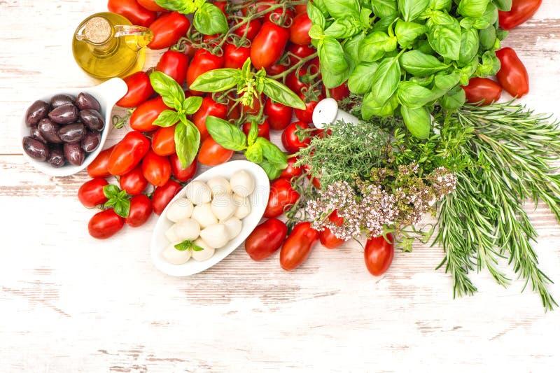 Tomaten, Basilikumblätter, Mozzarella und Olivenöl Lebensmittel backgroun stockfoto