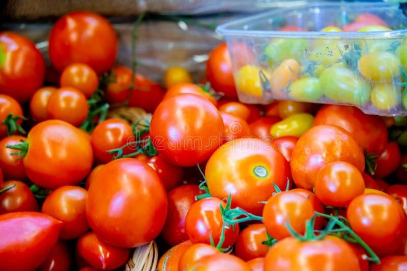 Tomaten bij de box van de marktvertoning stock fotografie