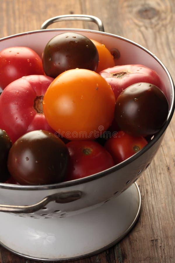 Tomaten in een vergiet royalty-vrije stock afbeeldingen