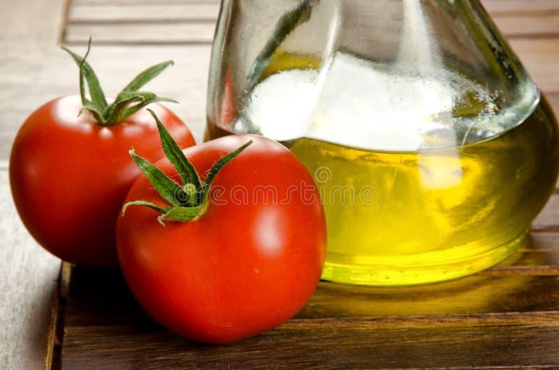 Tomaten en extra maagdelijke olijfolie stock fotografie