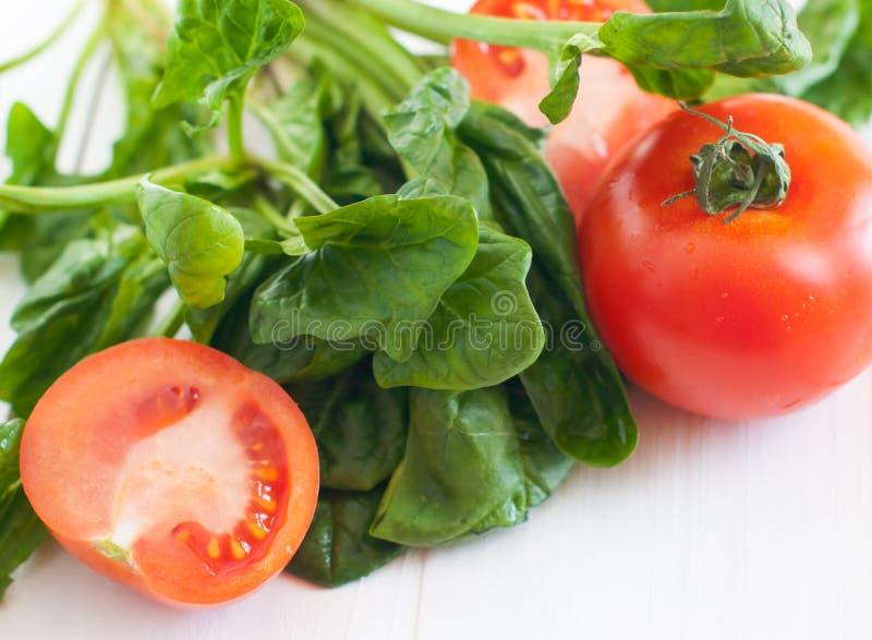 Download Tomaten En Spinaziebladeren Stock Afbeelding - Afbeelding bestaande uit geïsoleerd, vers: 39113999