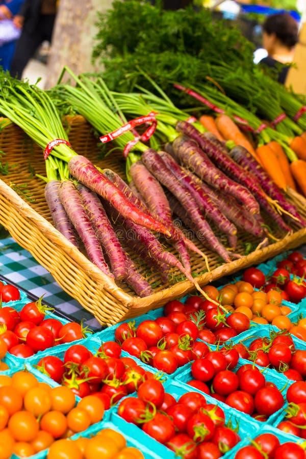 Tomaten en wortelenlandbouwersmarkt stock afbeeldingen