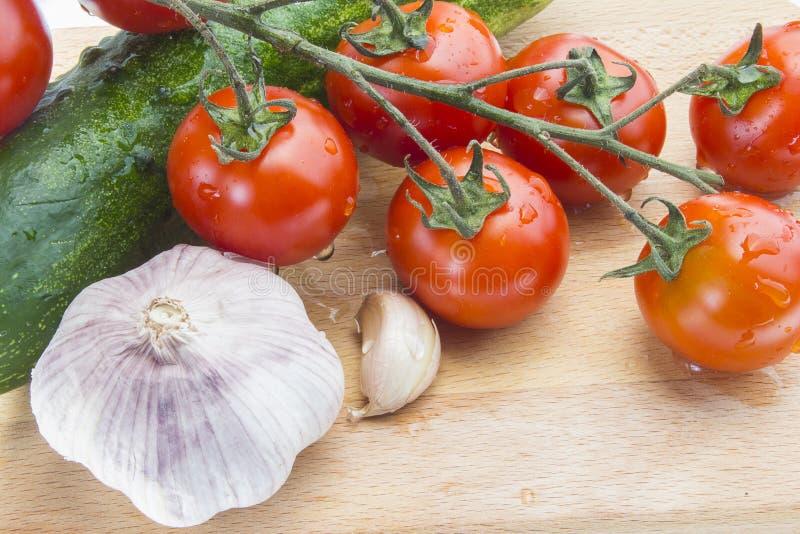 Tomaten, Gurke bevor dem Hacken stockfotos