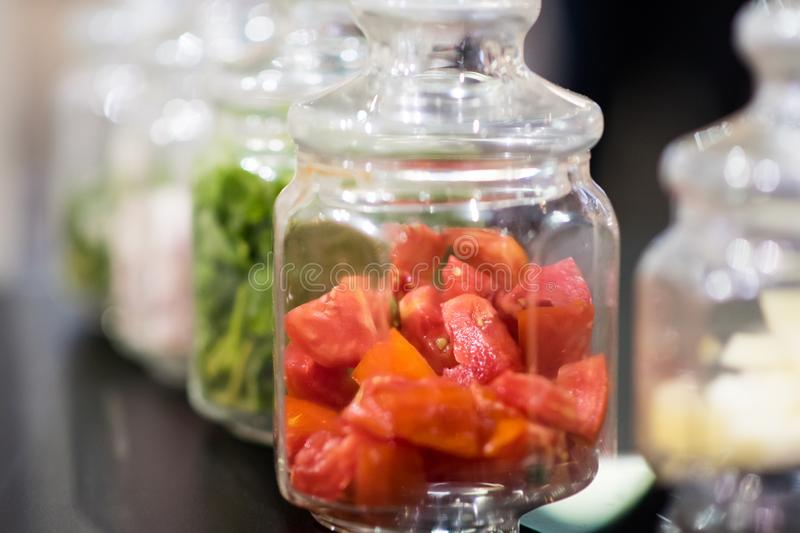 Tomaten im Glasgefäß, Bewahrung von Tomaten, selektiver Fokus stockfotografie