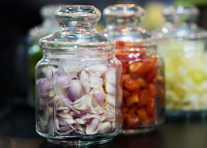 Tomaten im Glasgefäß, Bewahrung von Tomaten, selektiver Fokus stockbild