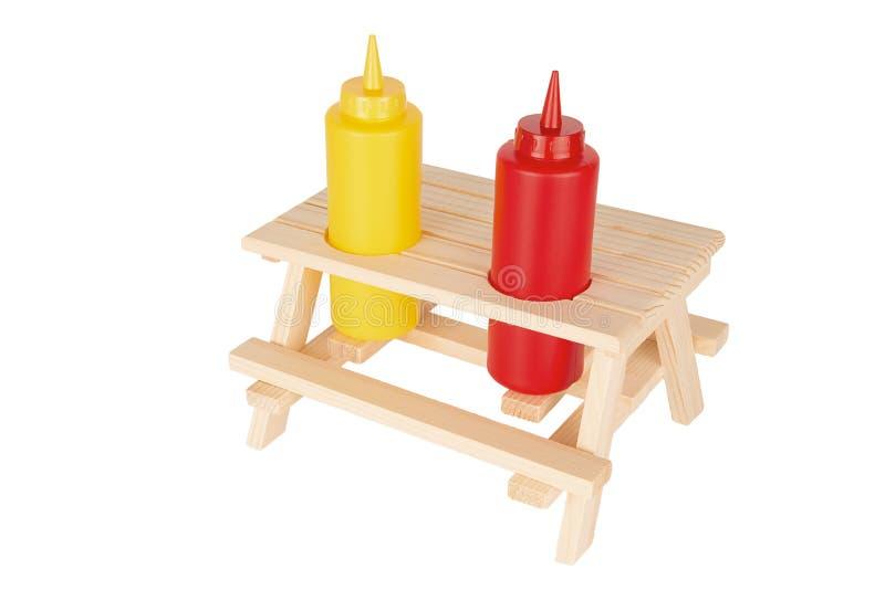 Tomaten-Ketschup- und Senfflaschen auf kleinem Picknicktisch stockfoto