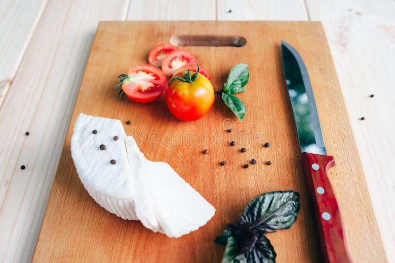 Tomaten, mes, peper, basilicum en eigengemaakte kaas royalty-vrije stock foto