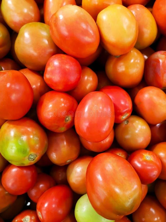 Tomaten op planken in supermarkt, markt stock afbeeldingen