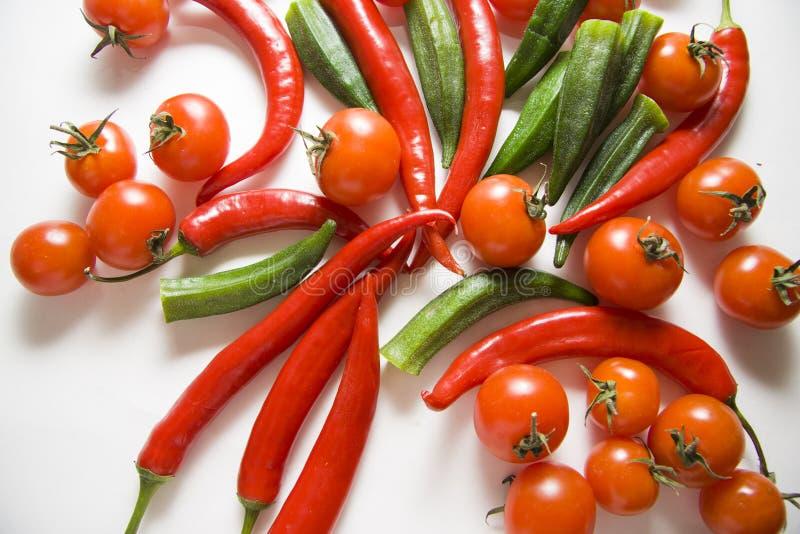 Tomaten, Paprikas und essbarer Eibisch lizenzfreie stockfotos