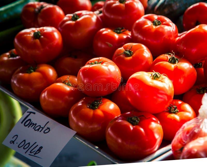 Tomaten/Paradeiser, frisch auf dem Markt der Landwirte lizenzfreies stockfoto