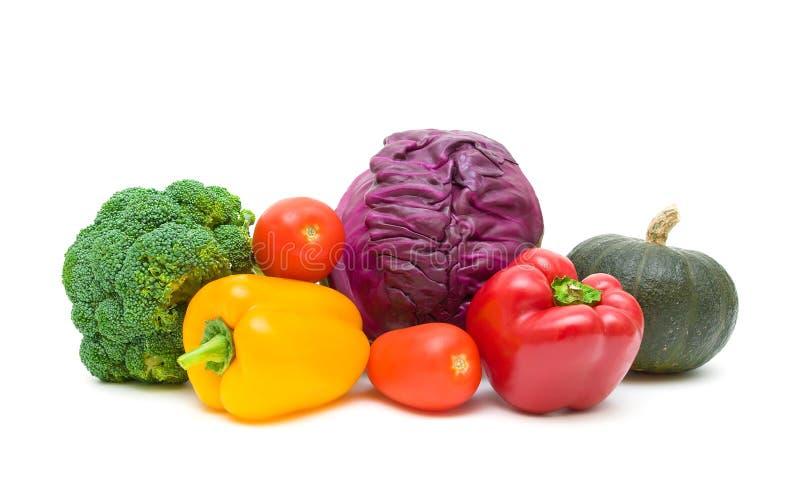 Tomaten, Pfeffer, Brokkoli, Kürbis und Rotkohl an lokalisiert stockfotos