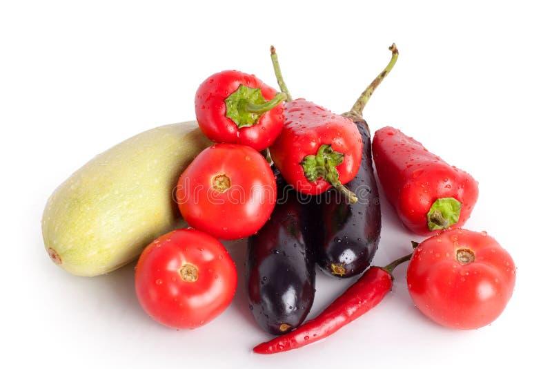 Tomaten, rode paprika's, roodgloeiende Spaanse peperspeper, violette aubergines, groene courgette in dalingen van water royalty-vrije stock foto's