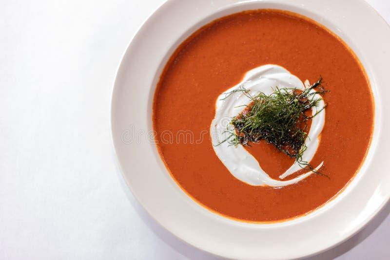 Tomaten-Suppe mit frischer Creme und Kräutern stockbilder