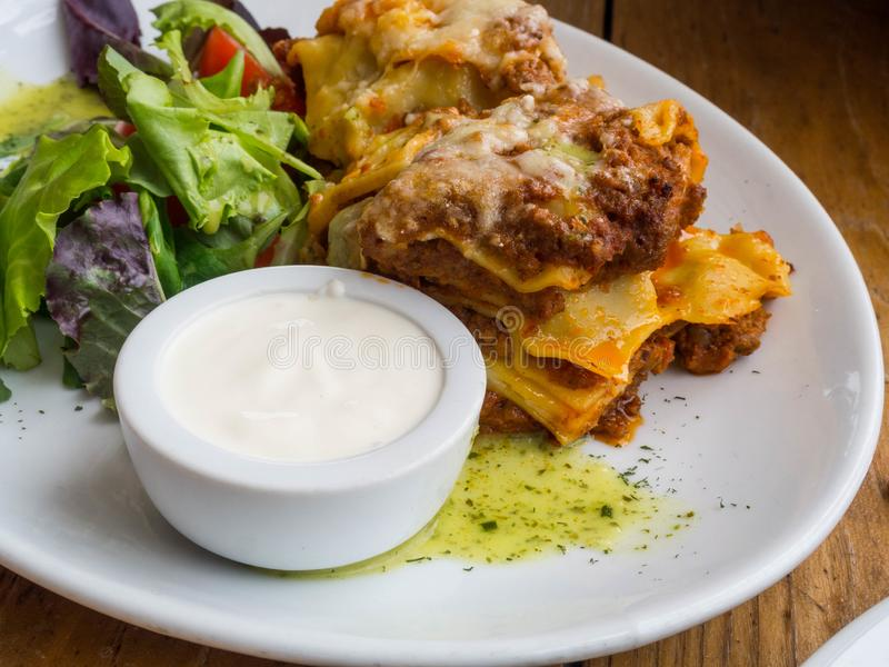 Tomaten- und Rindfleischlasagne mit dem Käse, der zwischen Blättern von traditionellen italienischen Teigwaren überlagert wurde,  lizenzfreie stockfotografie