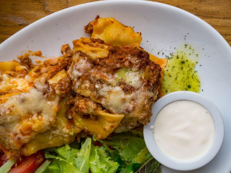 Tomaten- und Rindfleischlasagne mit dem Käse, der zwischen Blättern von traditionellen italienischen Teigwaren überlagert wurde,  stockbild