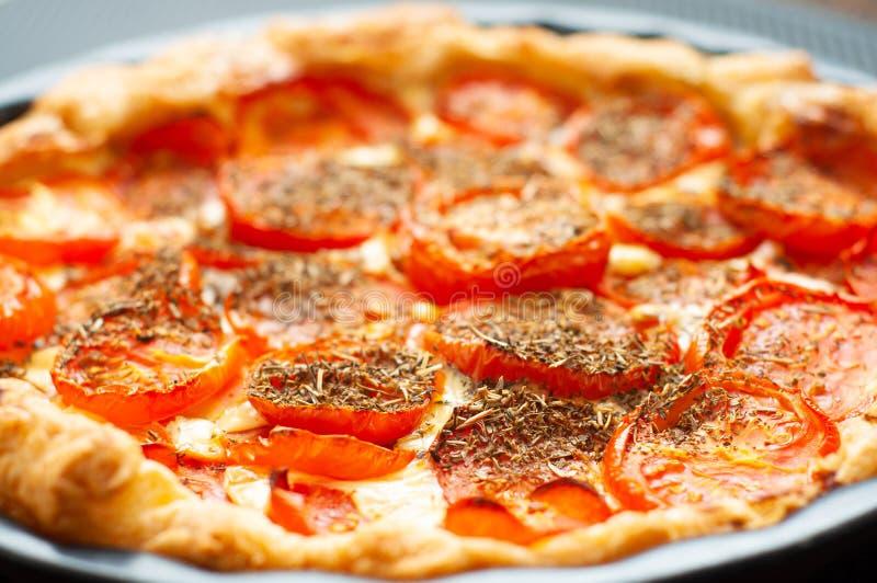 Tomaten und Senftort, gebacken in Pfefferkuchen und gewürzt mit Kräuter de Provence lizenzfreies stockbild
