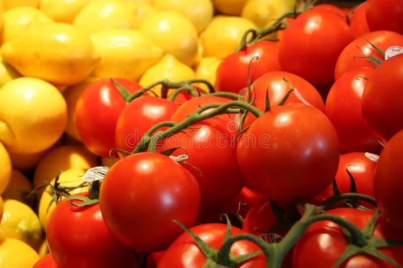 Tomaten und Zitronen an einem Landwirtmarkt lizenzfreies stockbild