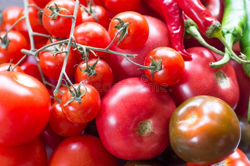 Tomaten von verschiedenen Arten auf einer Tabelle, die Draufsicht lizenzfreie stockfotos