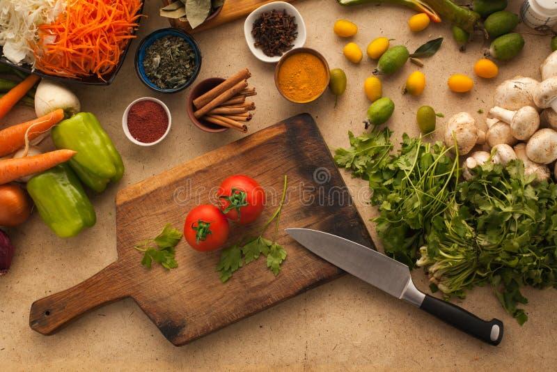 Tomaten voor het koken van gezond vegetarisch voedsel stock afbeeldingen