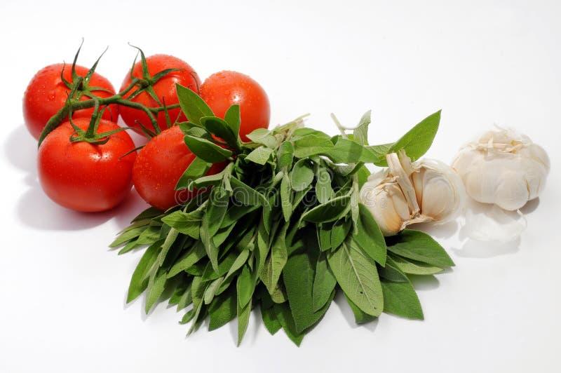 Tomaten, weise Blätter und Knoblauch stockfoto