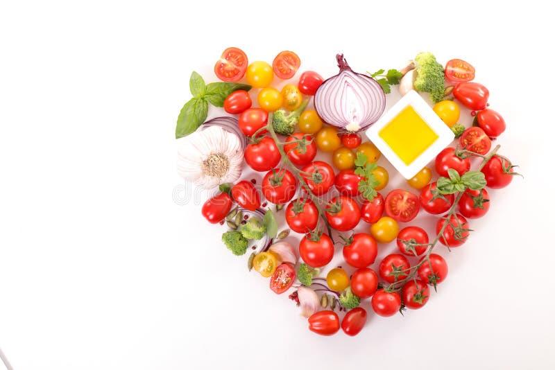 Tomatenbündel mit Basilikum lizenzfreie stockfotografie