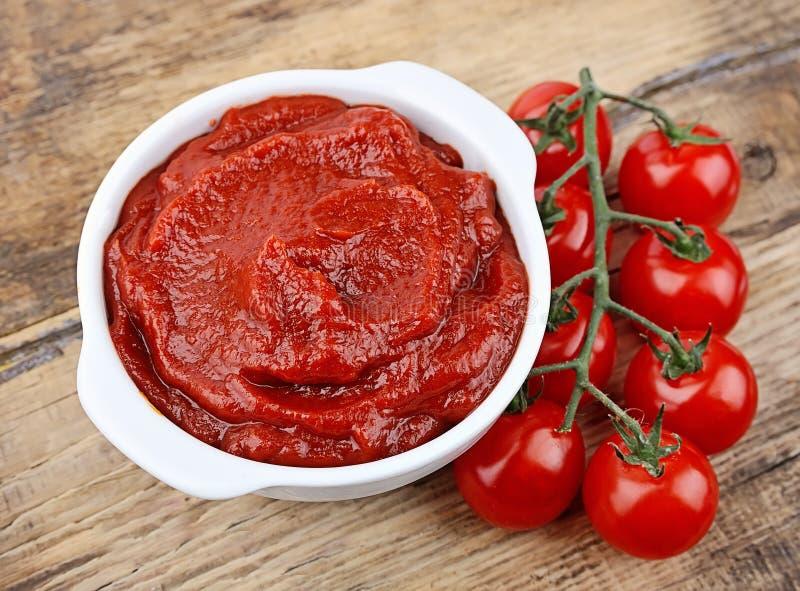 Tomatenkonzentrat mit reifen Tomaten stockbild