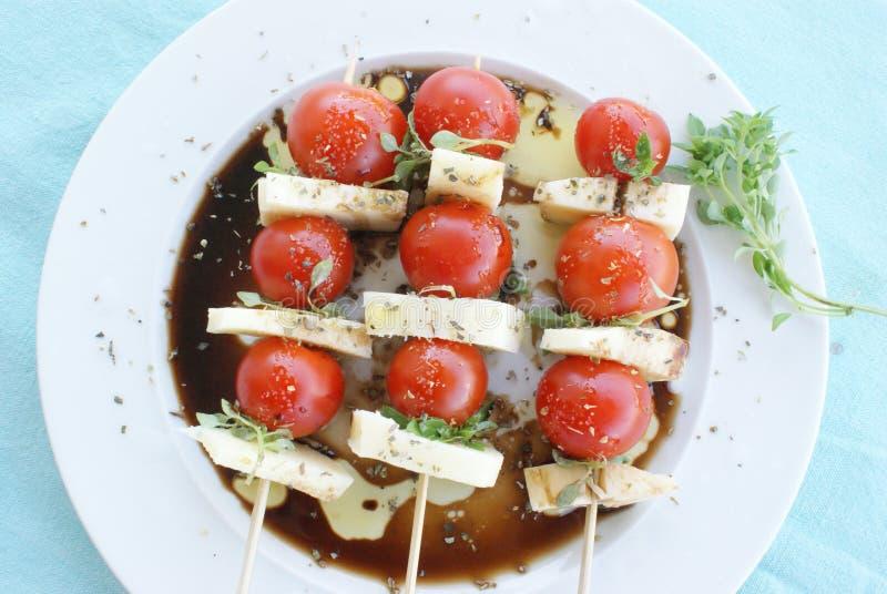 Tomatenmozarella en basilicum Griekse salade stock fotografie