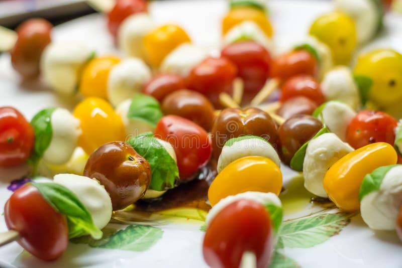 Download Tomatenmozzarella Haftet Mit Basilikum Auf Einer Platte Stockfoto - Bild von mittelmeer, nahrung: 106802492