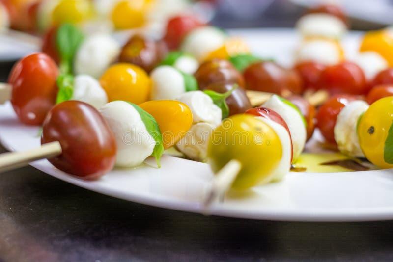 Download Tomatenmozzarella Haftet Mit Basilikum Auf Einer Platte Stockbild - Bild von aufsteckspindel, hintergrund: 106802541