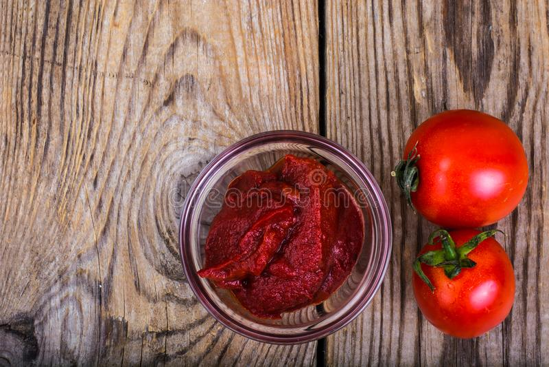 Tomatenpuree, ketchup, kersentomaten op houten lijst royalty-vrije stock foto's