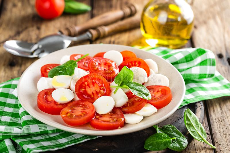 Tomatensalat mit Mozzarellakäse und Olivenöl stockbild