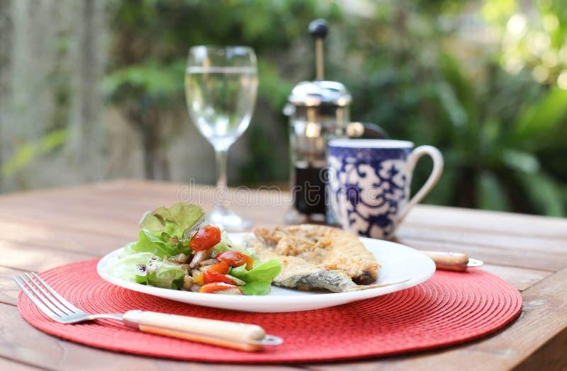 Tomatensalat und Fischsteak mit auf Platte lizenzfreie stockfotos