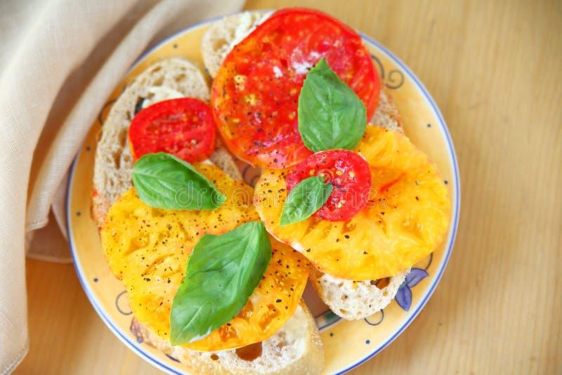 Tomatensandwich met basilicum en exemplaarruimte royalty-vrije stock foto's
