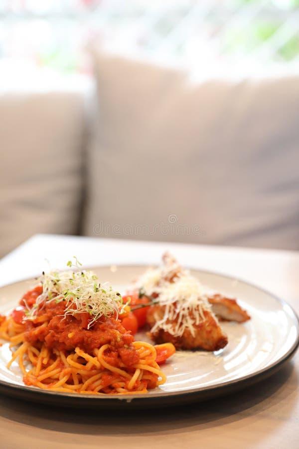 Tomatensauce der Spaghettis von Bolognese mit gebratenem Huhn lizenzfreie stockfotografie