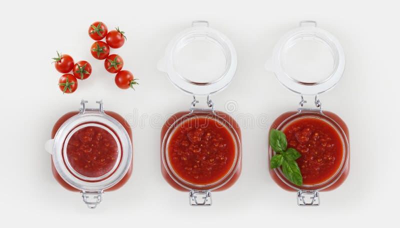 Tomatensauceglasgefäß mit Tomaten und Basilikum lokalisiert auf Weiß stockfotos