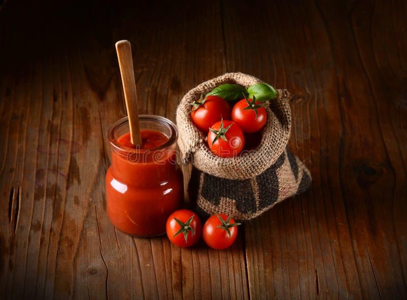 Tomatensaus met rond groenten stock afbeelding