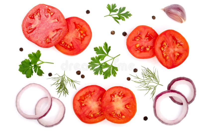 Tomatenscheibe mit den Petersilienblättern, -dill, -zwiebel, -knoblauch und -pfefferkörnern lokalisiert auf weißem Hintergrund Be lizenzfreie stockbilder