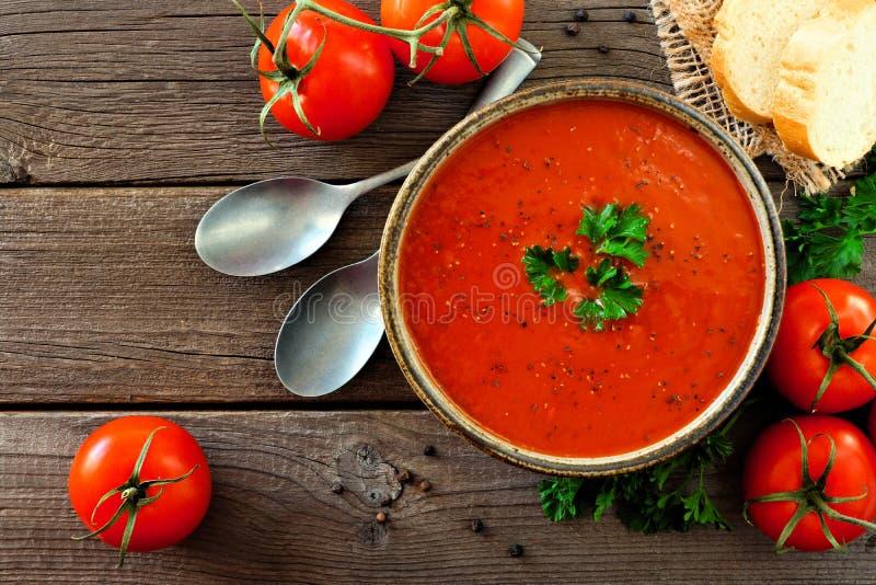 Tomatensoep, hoogste mening, lijstscène op een houten achtergrond stock foto
