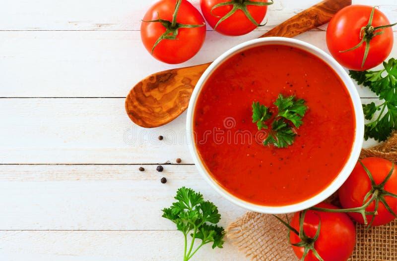 Tomatensoep, hoogste mening, zijgrens op een witte houten achtergrond stock afbeelding