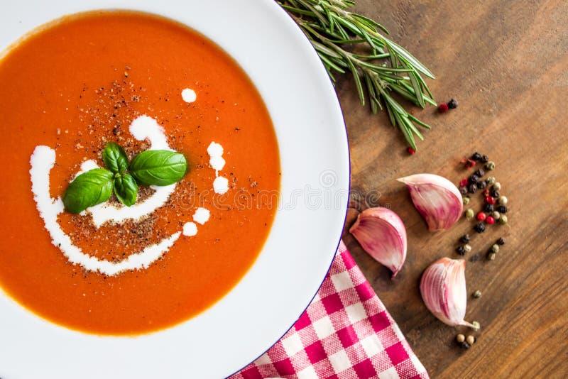 Tomatensoep, knoflook, verse tomaten, basilicumblad en kruiden op een houten lijst, mening van hierboven Vegetarisch Autumn Food royalty-vrije stock foto's