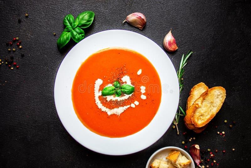 Tomatensoep met kruiden op zwarte leilijst Verse eigengemaakte crea stock afbeelding