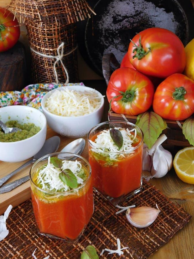 Tomatensoep met pestosaus en bryndza kaas in een glas stock foto's