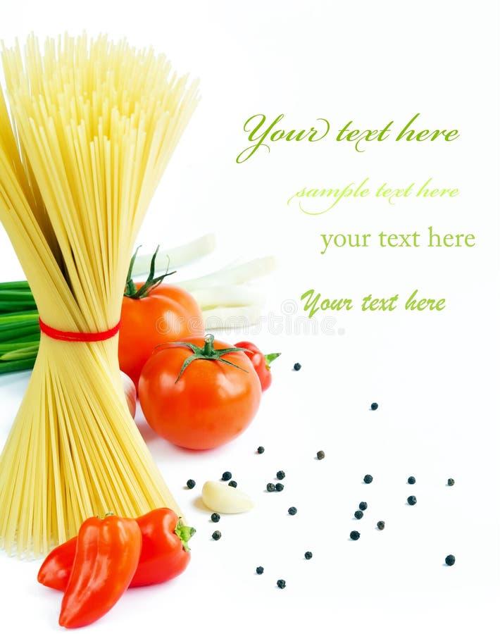 Tomater, gräslökar, peppar och vitlök på vit bakgrund. royaltyfri fotografi
