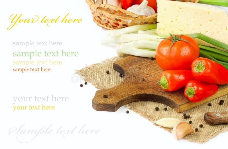 Tomater, gräslökar, peppar och vitlök på vitbakgrund. fotografering för bildbyråer