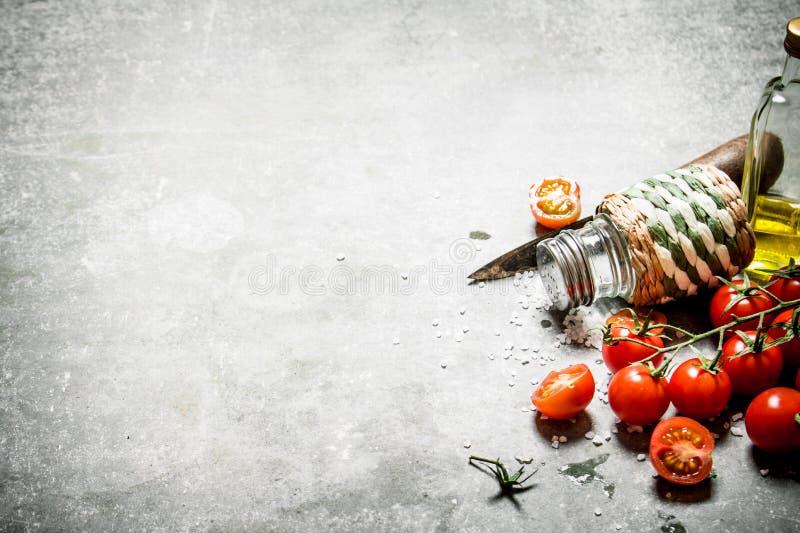 Tomater i bakgrunden Nya tomater, olivolja och kryddor royaltyfria bilder