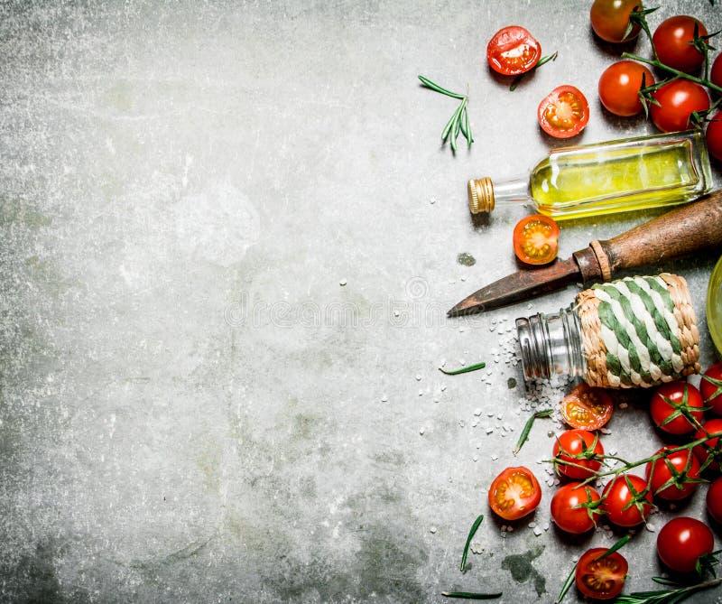 Tomater i bakgrunden Nya tomater, olivolja och kryddor fotografering för bildbyråer