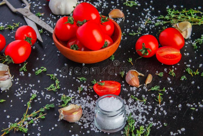 Tomater i en matr?tt p? en svart bakgrund royaltyfri bild