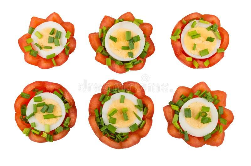 Tomater med kokta ägg och salladslöken som isoleras på vit royaltyfri bild