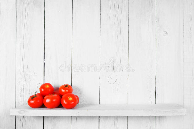 Tomater på en trähylla royaltyfri fotografi